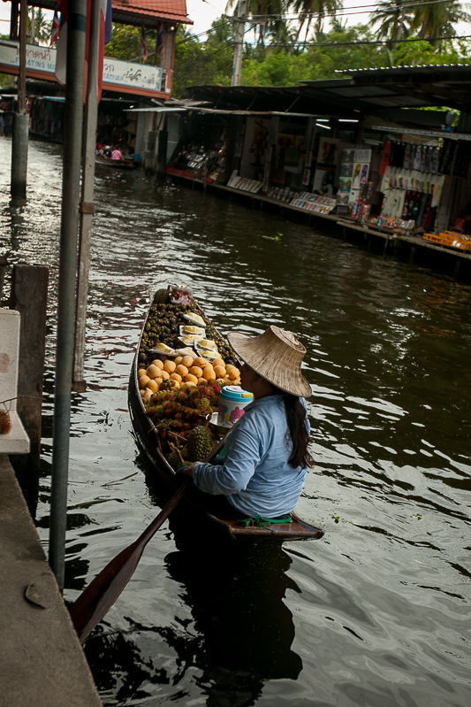 a travel photo in the floating market in bangkok thailand